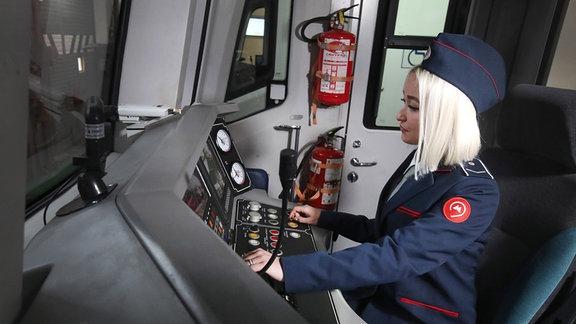 Eine Fahrerin sitzt im Führerstand der Linie 4 der Moskauer Metro.