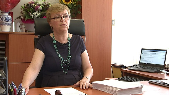 Eine Frau hinter einem Schreibtisch