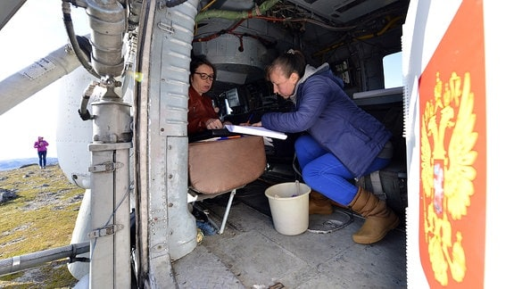 Zwei Frauen in einem Helikopter