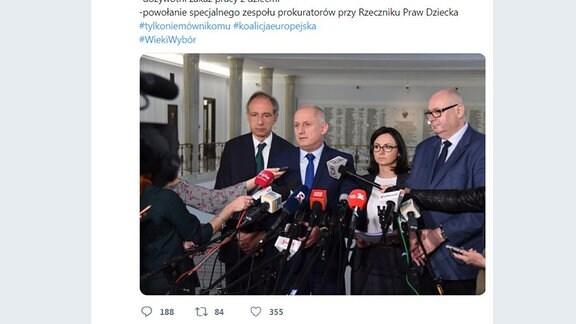 Politiker stehen vor Mikrofonen im polnischen Parlament