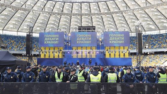 Polizisten im Olympiastadion Kiew