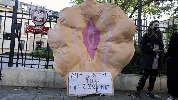 """Große Plastikvagina vor dem Verfassungsgericht in Warschau. Aufschrift: """"Ich bin nicht nur zum gebären da."""""""