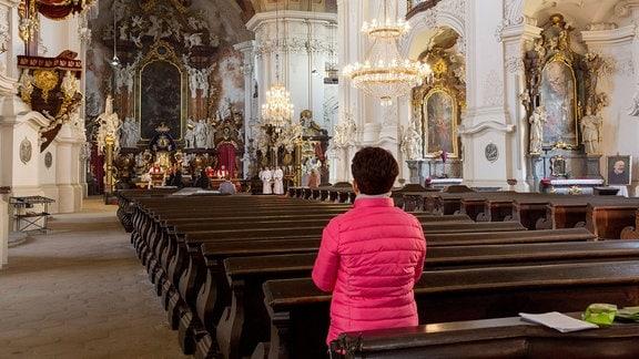 Frau beim Karfreitag-Gottesdienst in Basilika zu Krzeszów
