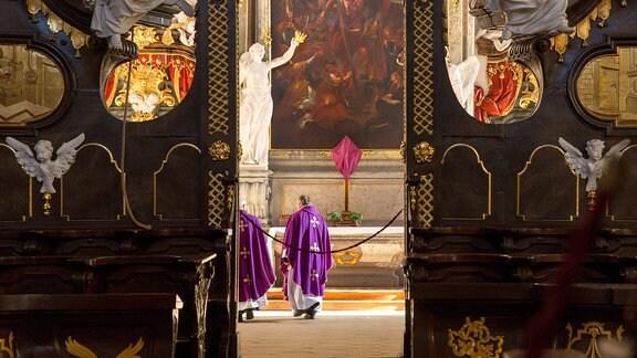 Zwei Priester feiern eine Messe in der leeren Basilika zu Krzeszów