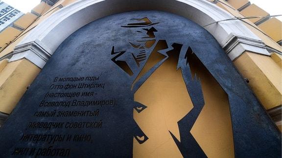 Wandinstallation zeigt Silhouette eines Spions