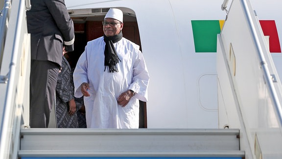 Malis Präsident Ibrahim Boubacar Keita steigt in Sochi aus dem Flugzeug.
