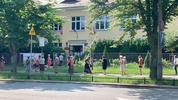 Lange Schlangen vor einem Wahllokal in Warschau