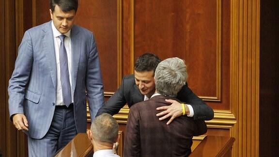 Männer umarmen sich im ukrainischen Parlament