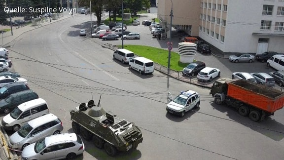 Schützenpanzerwagen auf Straße im ukrainischen Lutsk