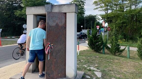 Ein Denkmal - ein Tor - steht jetzt genau dort, wo die DDR-Flüchtlinge vor 30 Jahren den Holztor zu Österreich durchgerissen haben. Heute kann man einfach durchgehen