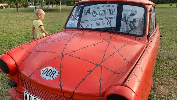 Die ausgestellten Trabis auf der Gedenkstätte erinnern an die hunderte verlassene DDR-Wagen, die nach dem Picknick und der Grenzöffnung am 11. September in der Umgebung der Grenze auf der ungarischen Seite geblieben sind/stehengelassen wurden