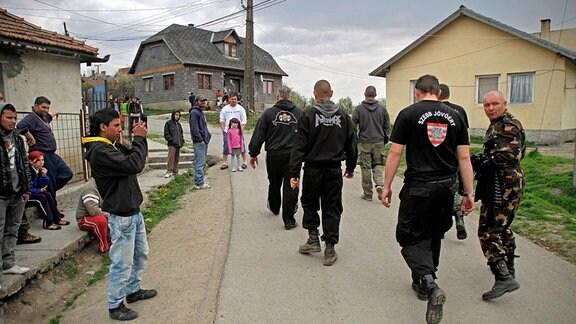 Gyöngyöspata. Rechtsradikale Milizen patrouillieren über Wochen durch das Romaviertel des Ortes, um ihre Ordnungspolitik zu demonstrieren.