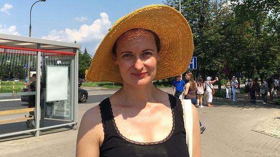 Eine junge Frau mit Sonnenhut