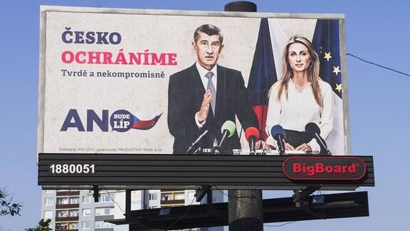 Plakatwand der Politischen Bewegung ANO zeigt Andrej Babis und Dita Charanzova
