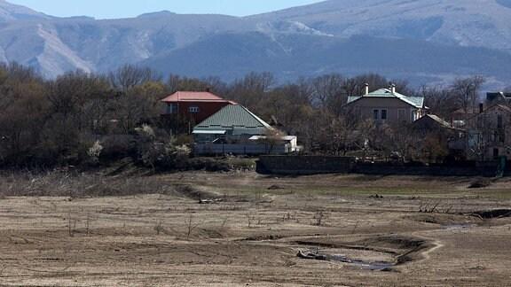 Ein Blick auf den ausgetrockneten Boden des Simferopol-Speichers. Kleinere Flüsse im Osten der Krim-Halbinsel sind ausgetrocknet; seit dem 10. Februar 2020 ist die Wasserversorgung der Anwohner begrenzt, wobei morgens und abends kaltes Wasser fließt und warmes Wasser nur am Wochenende zur Verfügung steht.