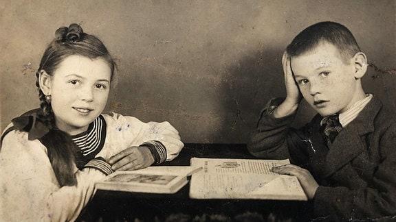 Eine altes Foto von einem Mann und einer Frau