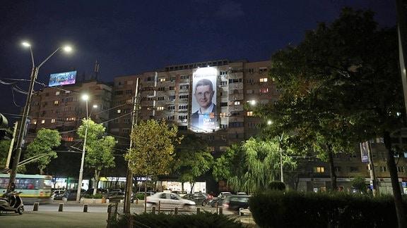 Wahlplakat an Wohn-Hochhaus in Bukarest