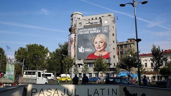 Wahlplakat an Wohn-Hochhaus in Bukarest mit Viorica Dancila
