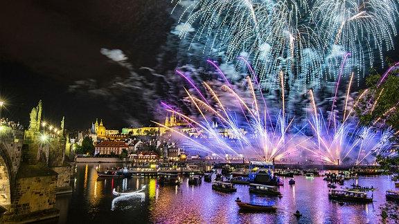 Ein schönes Feuerwerk über dem Fluss und der Stadt.