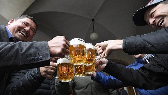 Tschechen stoßen mit Bier an.