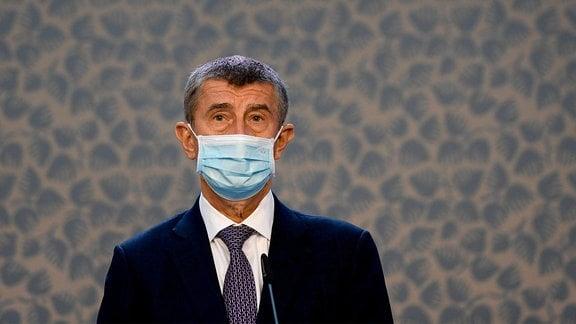 Der Premierminister der Tschechischen Republik Andrej Babis, der eine Gesichtsmaske trägt, nimmt an einer Pressekonferenz in Prag teil.