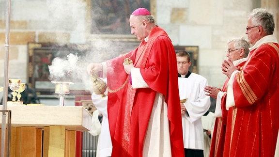 Priester beim Gottesdienst.