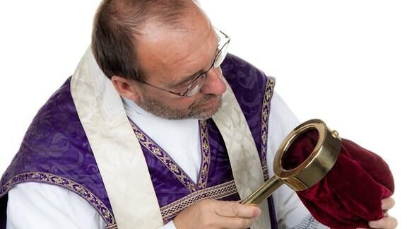 Priester sammelt Geld für die Kirche