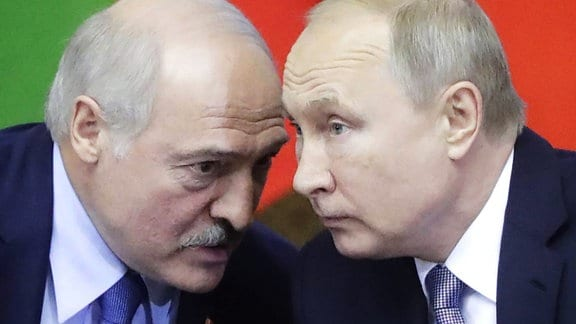 Belarus' Präsident Alexander Lukaschenko und Russlands Präsident Wladimir Putin unterhalten sich am 18. Juli 2018 auf einem Meeting.