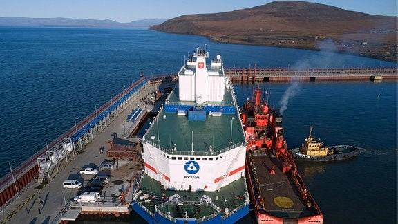Das Schiff Akademik Lomonossow im Hafen
