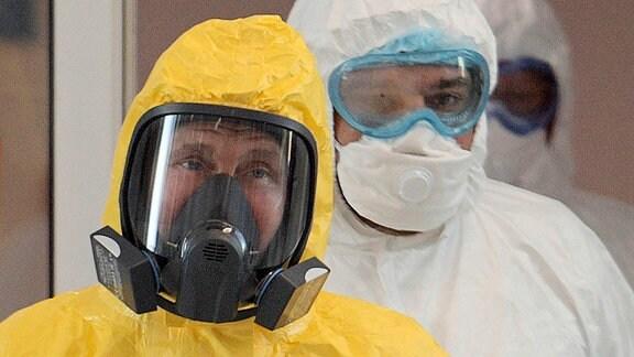 Russlands Präsident Wladimir Putin trägt einen gelben Schutzanzug bei seinem Besuch im Novomoskowsky-Mehrzweck-Medizinzentrum für Patienten, die der Coronavirusinfektion COVID-19 verdächtigt werden