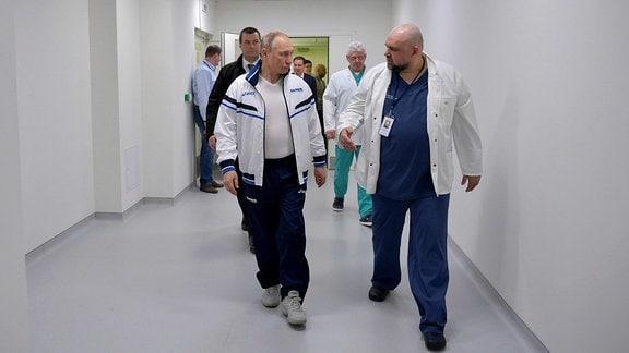 Der russische Präsident Wladimir Putin wird vom Chefarzt des Städtischen Klinikums Nr. 40 Denis Protsenko während eines Besuchs von Coronavirus-Patienten am 24. März 2020 in der Kommunarka, Russland, informiert
