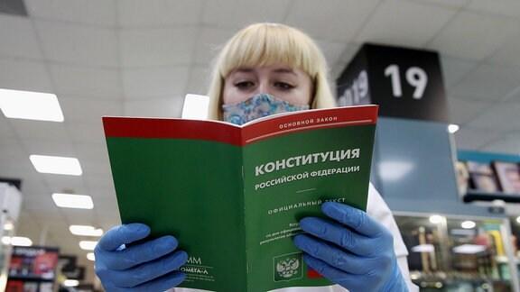 Eine Frau in Russland liest eine Broschüre