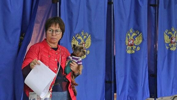 Eine Frau wählt bei den Regionalwahlen in Russland