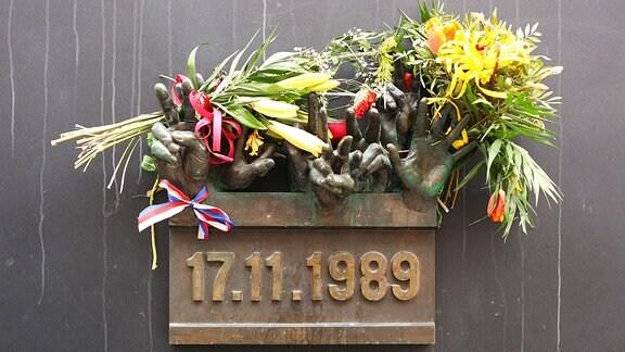 Blumen an einem Denkmal, das an die Studentendemonstration vom 17. November 1989 erinnert.