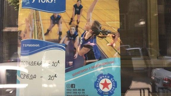 Ein serbisches Schulplakat wirbt für Volleyballtraining am Abend.