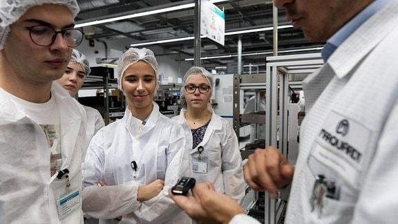 Schüler von Samuel-von-Brukenthal-Gymnasium in Sibiu/Rumänien in der Produktion bei Autoteile-Zulieferer Marquardt