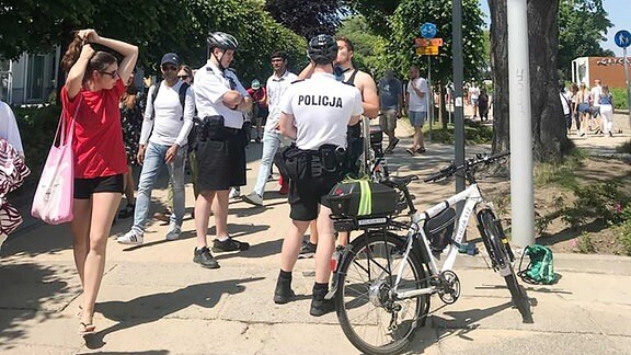 Ein Polizist spricht mit einem Radfahrer.