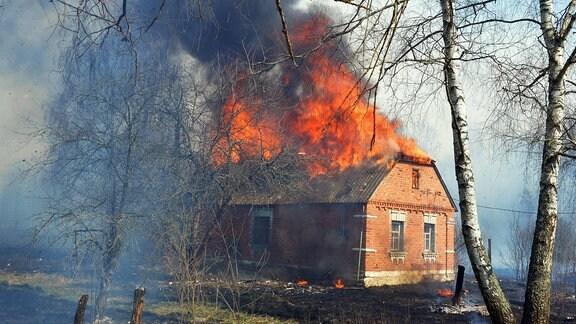Brennendes Haus in Tschernobyl