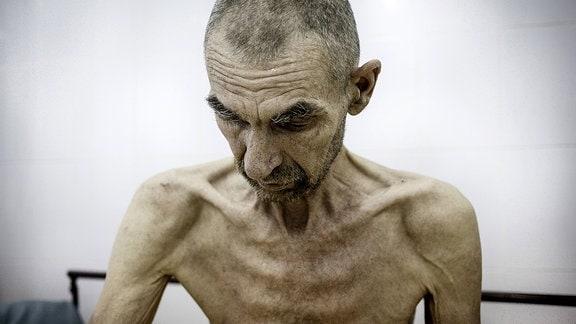 Ein abgemagerter, älterer Mann