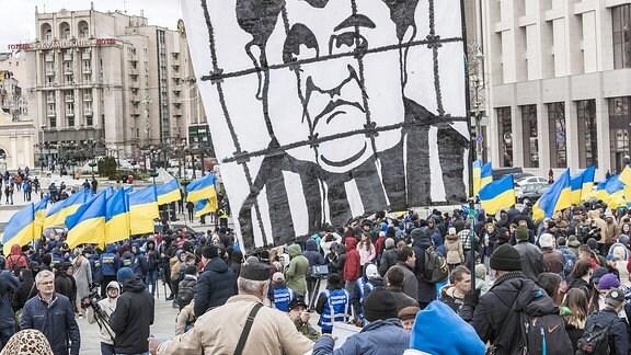 Ukraine,Riesige Flagge mit einer satirischen Karikatur des Präsidenten der Ukraine, Petro Poroshenko.