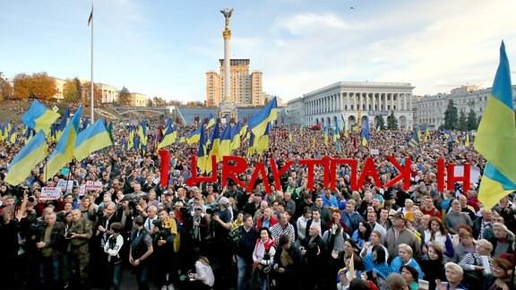 Demonstranten versammeln sich auf dem Unabhängigkeitsplatz im Zentrum von Kiew um gegen die ausgehandelte Steinmeier-Formel zu protestieren.