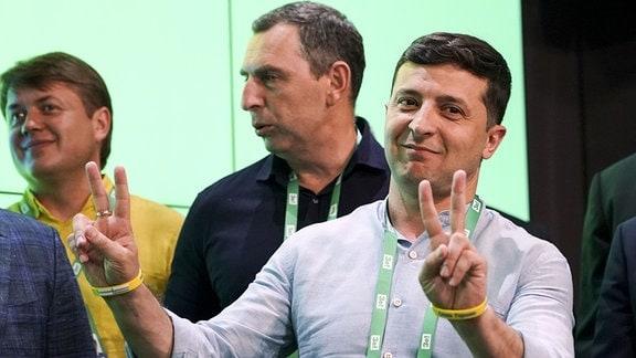 Wolodymyr Selenskyj, Präsident der Ukraine, zeigt Siegeszeichen im Hauptquartier seiner Partei.