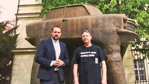 Zwei Männer vor einer Trabant-Skulptur