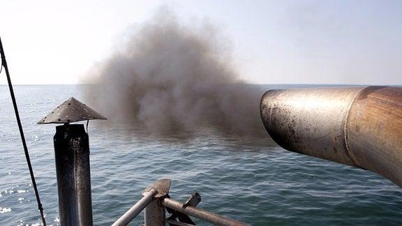 Abgase des Schiffsdiesels eines Fischkutters.