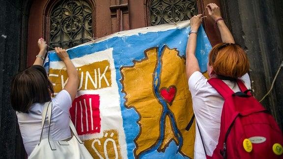 13.09.2019, Budapest VIII. Bezirk. Nachdem der Buergermeisterkandidat des Josephstadt, Andras Piko, von Fidesz und der Regierungspresse mit falschen Anschuldigungen angegriffen wurde, kommt es in der Prater utca zu einer Solidaritaetsdemo der vereinten Opposition: Piko-Aktivistinnen Buergerinitiative C8 mit ihrem Motto Fuer uns kommt der Achte Bezirk zuerst .