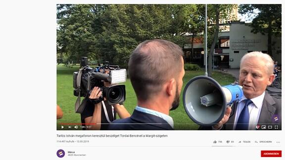 Mann spricht in ein Megaphone