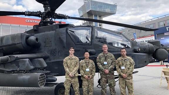 Soldaten vor einem Hubschrauber.