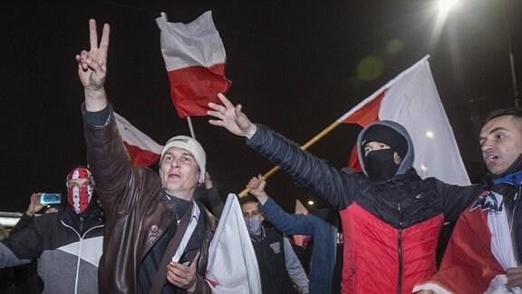 Demonstranten mit polnischen Flaggen