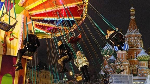 Kettenkarussell auf dem Weihnachtsmarkt in Moskau