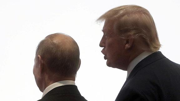 Russlands Präsident Wladimir Putin (L) und US-Präsident Donald Trump posieren bei einer offiziellen Begegnungszeremonie.